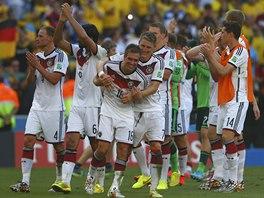 SEMIFINALISTÉ. Fotbalisté Německa se radují z postupu přes Francii.