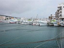 Všechny lodě v přístavu Naha na ostrově Okinawa jsou bezpečně zakotveny v...