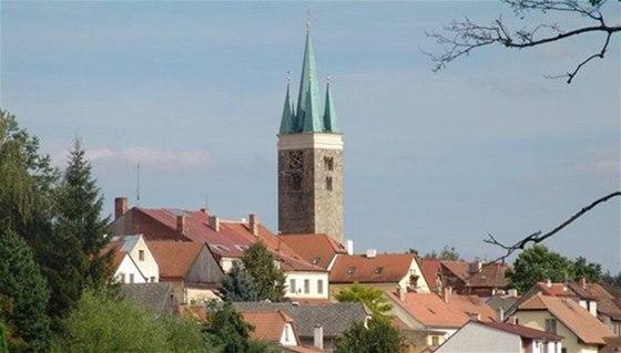 Románská věž sv. Ducha dostala po požáru v druhé polovině 19. století novou,
