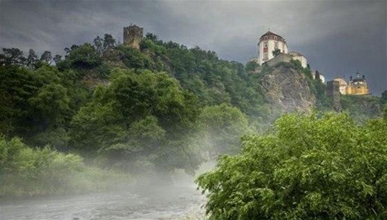 Zámek Vranov nad Dyjí se tyčí na říčním ostrohu