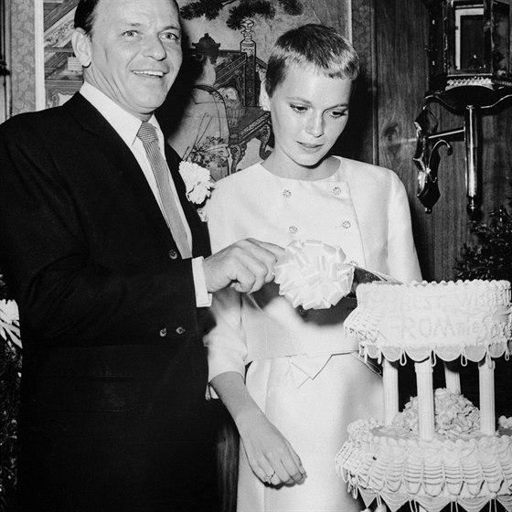 Tak� Frank Sinatra a Mia Farrowov� si za m�sto svatby zvolili Las Vegas. Pades�tilet� zp�v�k a jedenadvacetilet� zp�va�ka pojali vstup do man�elstv� skromn� a st��dm� byl i t��patrov� dort. Rozvedli se u� za necel� dva roky.