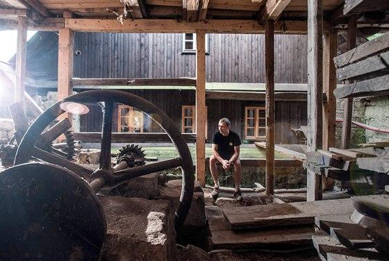 Vacardův vodní mlýn obývá rodina Bredlerových a je v něm pouze torzo náhonu (na...