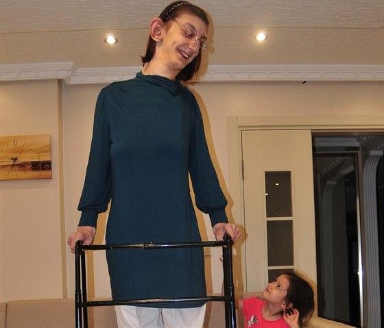 Rümeysa Gelgi se svou malou sestrou
