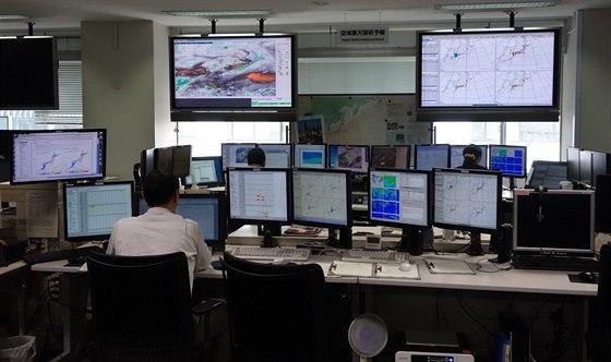 Na tomto pracovišti připravují podklady pro řízení letového provozu.