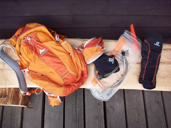 Zleva: běžecký batoh Gregory Miwok 18, Salomon kotníkové návleky, 3l hydratační...