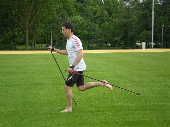Běh s holemi v kombinaci naboso zkoušejte zprvu ideálně na posekaném trávníku