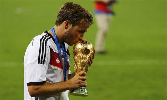HRDINA S TROFEJÍ. Finále mistrovství světa 2014 rozhodl německý záložník Mario...