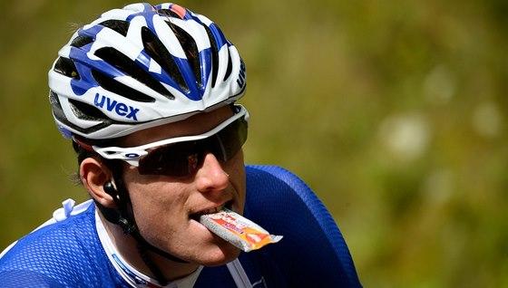 DOPLNĚNÍ ENERGIE. Francouzský cyklista Arnaud Demare během desáté etapy Tour de