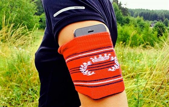 V nouzi si můžete vytvořit pouzdro na telefon vlastní, z ustřižené ponožky.