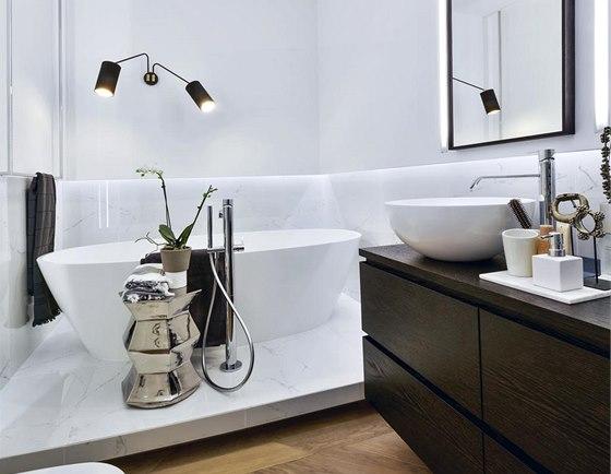 Koupelna je obložená umělým velkoformátovým mramorem 60 × 120 cm. Vedle volně