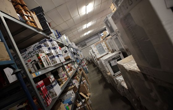 Velké internetové obchody nabízejí desítky tisíc položek skladem.