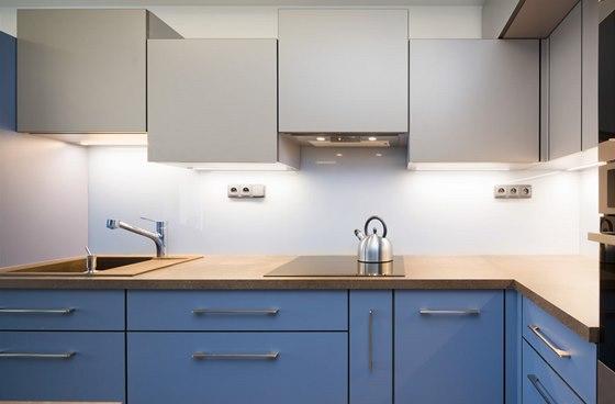 Horní skříňky kuchyňské linky jsou na jedné straně až do stropu, na druhé zase