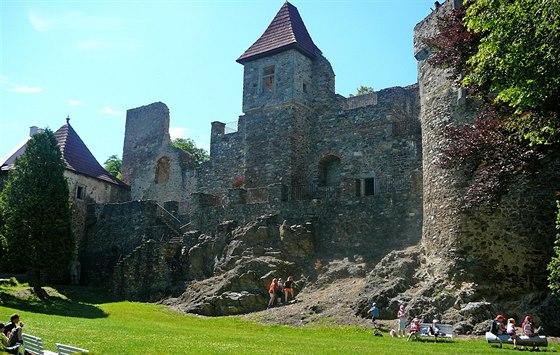 Nad útulnou vesničkou se tyčí zřícenina hradu Klenová.