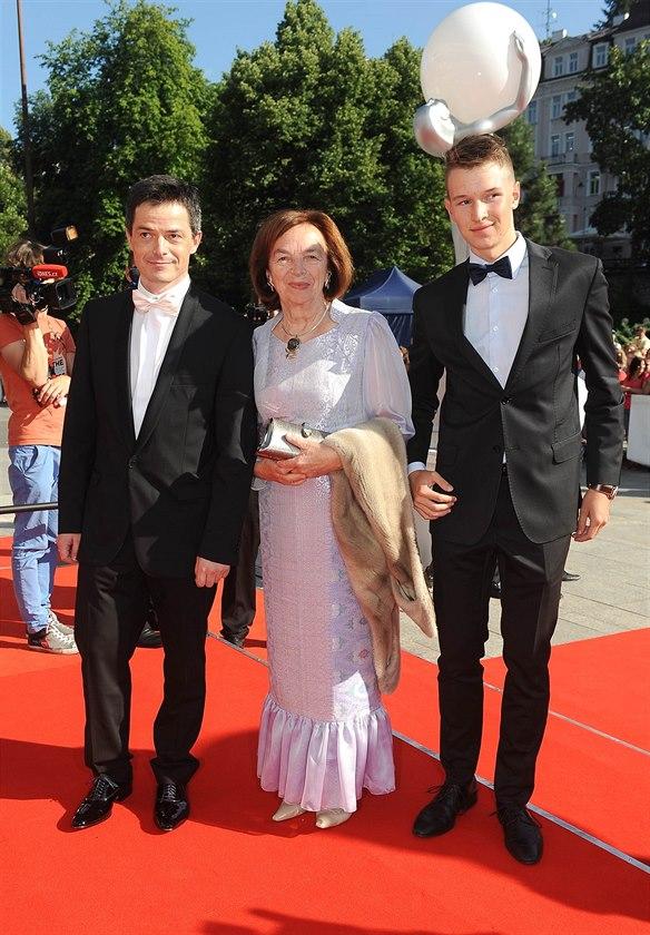 Livia Klausov� se synem Janem a vnukem Vojt�chem (synem V�clava Klause ml.) na MFF KV (Karlovy Vary, 12. �ervence 2014)