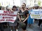 Před prezidentským palácem v Kyjevě demonstrovaly matky a přítelkyně...
