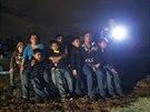 Skupina mal�ch uprchl�k� z Hondurasu a Salvadoru, kter� za texaskou hranic�...