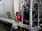 Uprchlíci ze Střední Ameriky na vlaku, který směřuje k hranici USA  (12. června...