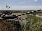 Ukrajinský tank poblíž města Kosťantynivka (10. července 2014).