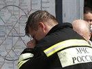 Člen záchranných složek poblíž mapy moskevského metra, kde se stala nehoda (15....