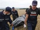 Ukrajinci odnáší tělo oběti letecké katastrofy (19. července 2014).