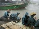 Rybáři jsou dopravováni na bezpečnější místo poté, co jihočínskou provincii...
