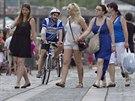 Cyklisté a chodci se navzájem vyhýbají také na náplavce na Rašínově nábřeží