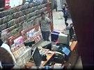 Policie pátrá po dvou ženách a jednom muži, kteří měli z pražské trafiky ukrást...