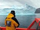 Jediným spojením výpravy s okolím byla kromě satelitního telefonu loď.