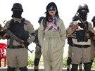 Kurdská popová hvězda Helly Luv navštívila členy kurdských milic na jejich...