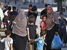 Lidé opouštějí své domovy v sousedství města Gaza poté, co před dalšími nálety...
