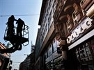 Režisér Petr Nikolaev a letec Jiří Průša připravují film o češtích legionářích. Byli se podívat i na budovu bývalé Legiobanky v Praze, půjčili si i vysokozdvižnou plošinu. (18. července 2014)