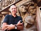 Režisér Petr Nikolaev u Štursova průčelí, které je ba budově bývalé Legiobanky v Praze. (18. července 2014)