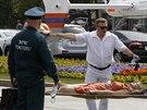 Členové záchranných služeb odnášejí zraněné z moskevského metra, kde vykolejily...