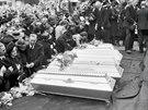 Pohřeb obětí anglo-amerického náletu na Perštýnově náměstí v Pardubicích. (25....