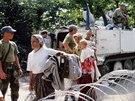 Uprchlick� t�bor Tuzla nedaleko bosensk� Srebrenici hl�dali voj�ci z...