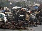 Silný vítr částečně zničil i příbytky squatterů ve městě Bacoor (16. července...
