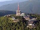 Vrchol Lysé hory. Nepřehlédnutelný vysílač doplňují například sídlo Horské...