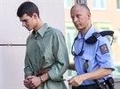 Policisté přiváději k soudu jednoho ze dvou ostravských studentů, kteří jsou...