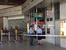 Policisté hlídkují u vstupu do stanice metra Kačerov po incidentu, který...