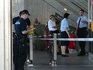 Policisté hlídkují ve stanici metra Kačerov, kde byl pobodán muž