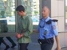 K rozhodování o vazbě za útok na zpěváka Hrůzu přivádějí prvního obviněného.