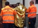 Muže, který skončil s autem ve Vltavě, ošetřili záchranáři. Zabalili ho do...