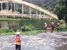 Hasiči se připravují na vyproštění automobilu z řeky (11. července 2014).