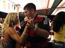 Německý fanoušek na párty v Riu de Janeiru tancuje s brazilskou dívkou po...