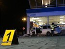 NEHODA. Řidič Škody Octavie narazil do výlohy čerpací stanice na Strakonické...