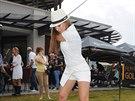 Inna Puhajková neměla zrovna golfovou obuv, přesto zkusila odpal.