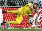 MÁM! Argentinský gólman Sergio Romero kryl hned první nizozemský pokus a ani se...