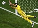 SKOK K TYČI. Právě takhle argentinský gólman Sergio Romero zlikvidoval pokus...