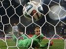 4:2, KONEC. Argentinský fotbalista Maxi Rodriguez jako čtvrtý v pořadí ze svého...