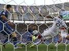 ZÁKROK V POSLEDNÍ CHVÍLI. Německý stoper Jerome Boateng odkopává míč téměř z...